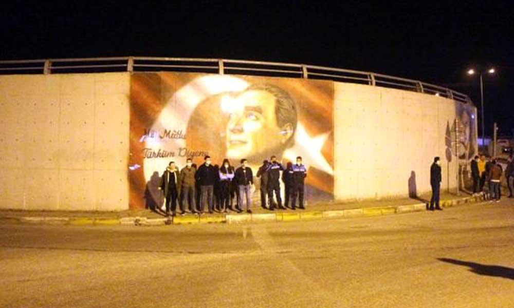 Atatürk portresini silmeye çalışan Karayolları'na vatandaşlar siper oldu
