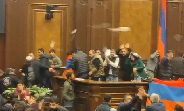 Ermenistan'da karabağ eylemleri sürüyor: 30 gözaltı