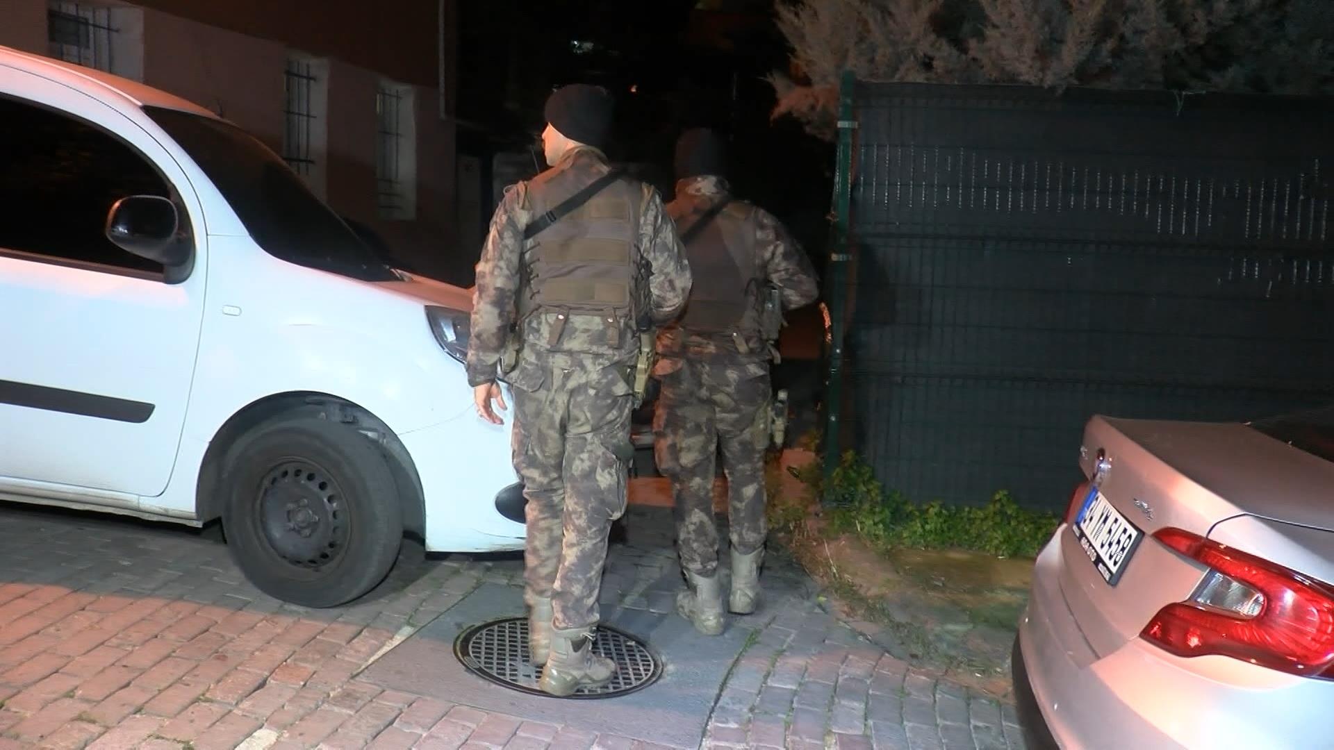 Fatih'te etrafa rastgele ateş açan kişi polisi bacağından yaralayarak kaçtı