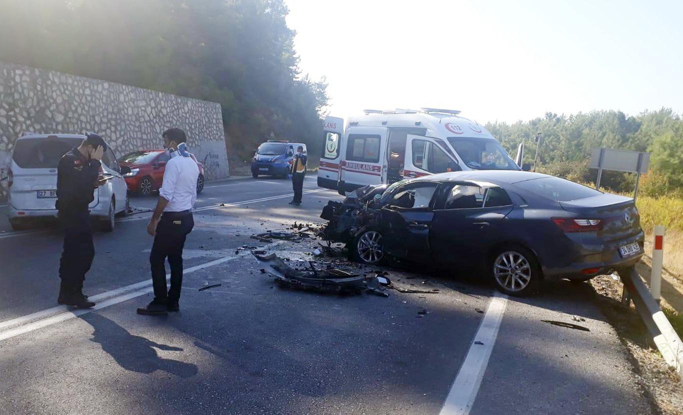 Antalya'da hafif ticari araç ile otomobil çarpıştı: 6 yaralı