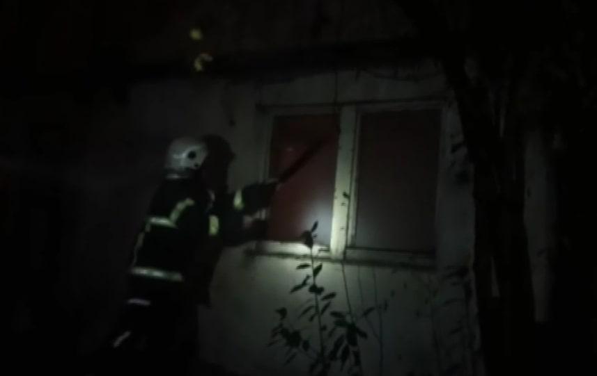 Evde çıkan yangına müdahale eden bir itfaiye eri yaralandı