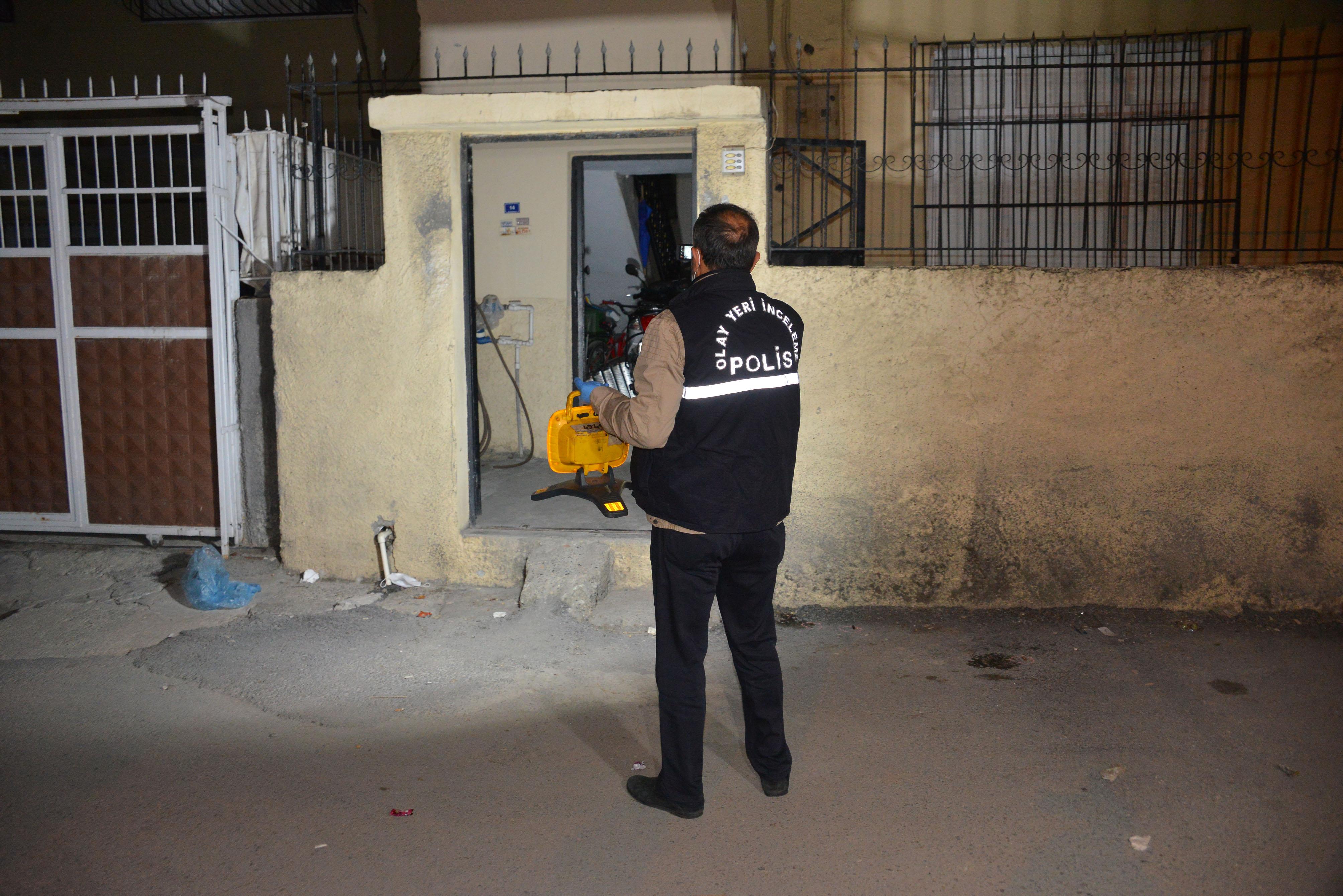 Evinin önünde maskeli iki kişinin silahlı saldırısına uğradı