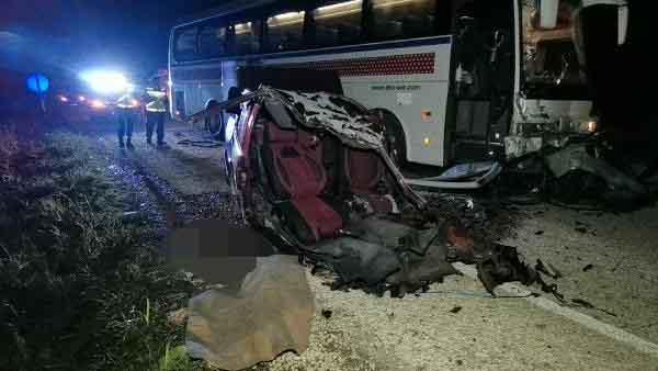 Kazada ikiye bölünen otomobilden yola fırlayan iki kişi öldü