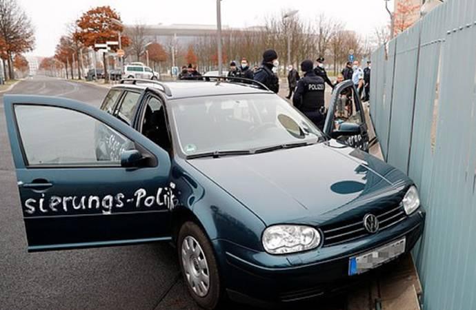 Almanya'da Merkel'in bulunduğu binaya saldırı