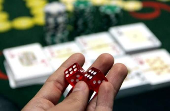 Kumar oynarken yakalanıp karantinaya alınan 16 kişiye okumaları için kitap verildi