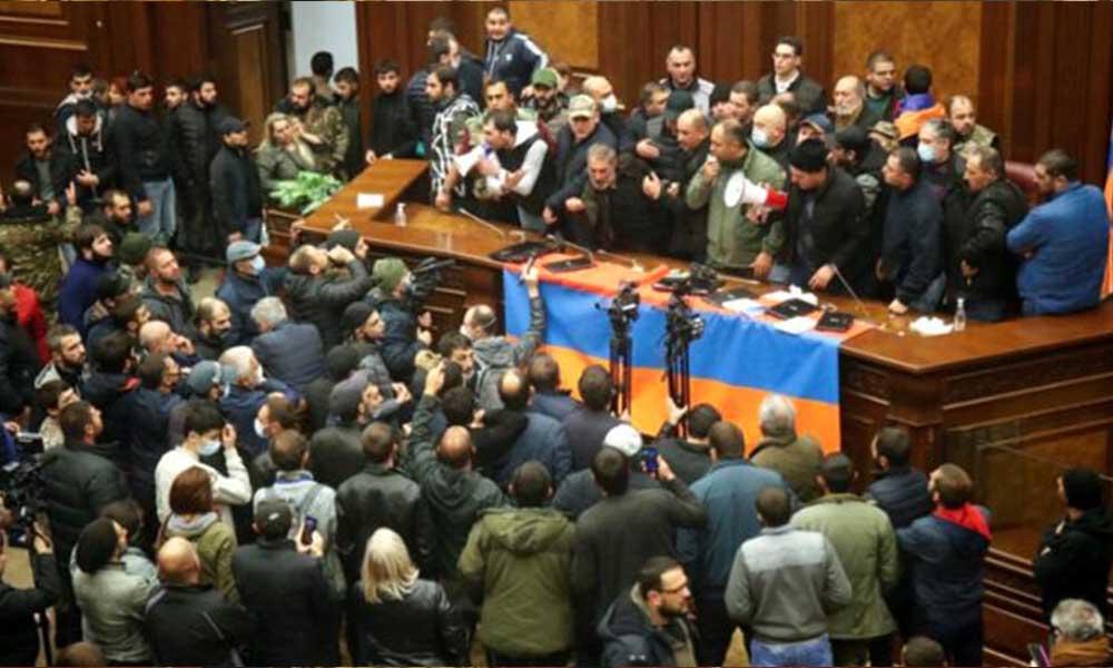 Dağlık Karabağ hezimeti sonrası Ermenistan karıştı! Halk hükümet binasını bastı