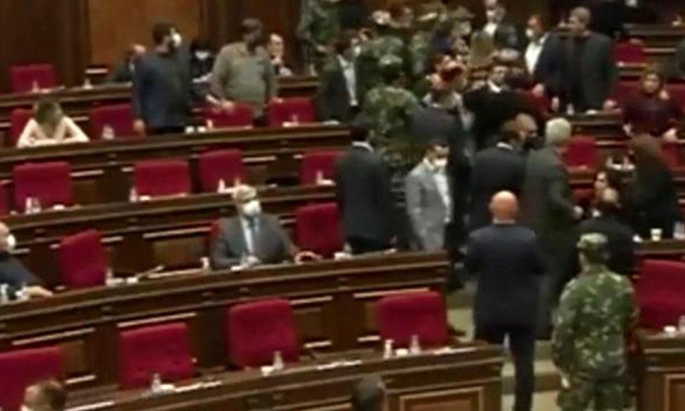 Dağlık Karabağ hezimeti sonrası Ermenistan'da meclis karıştı