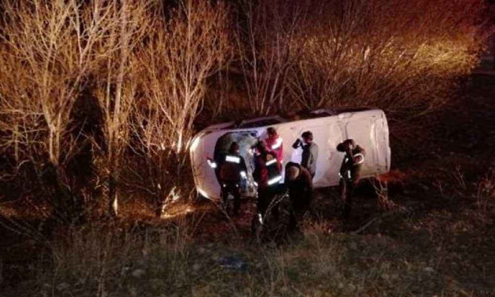 Ağrı'da göçmenleri taşıyan minibüs devrildi: 17 kişi yaralandı