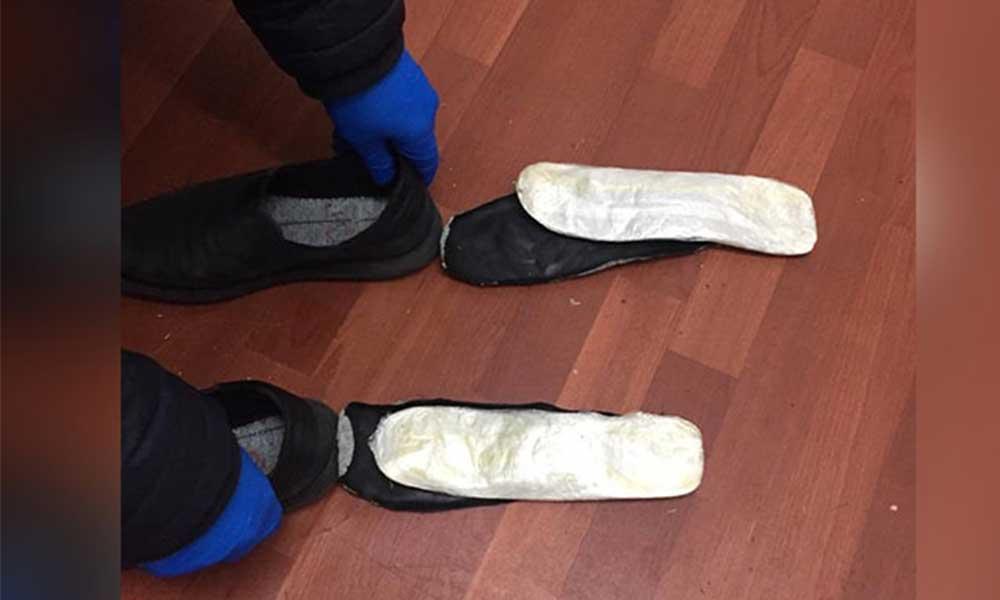 Ayakkabılarının tabanında 205 gram esrar çıktı