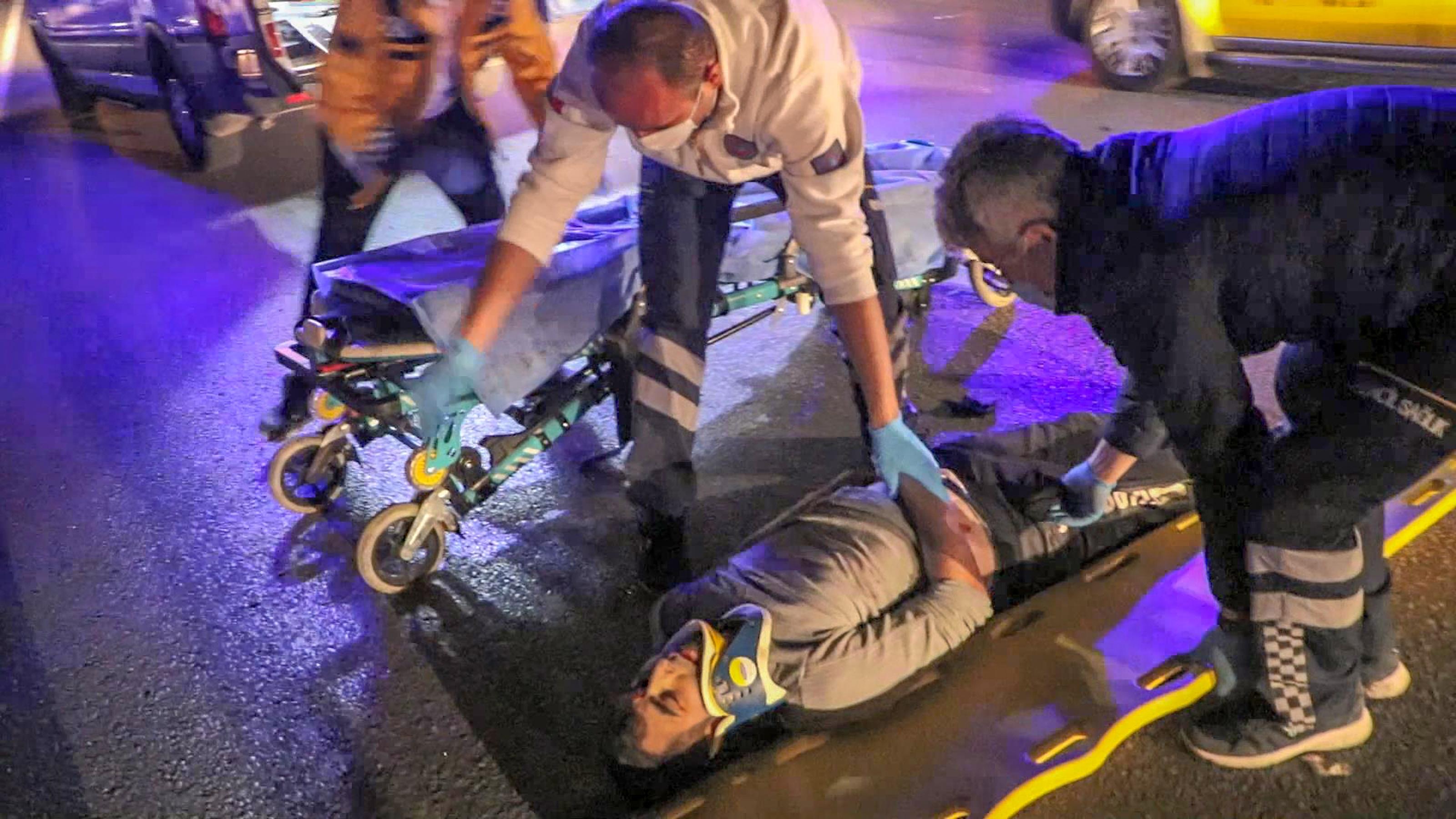 Makas atan otomobil ağaca çarparak ortadan ikiye ayrıldı: 1 ölü, 1 yaralı