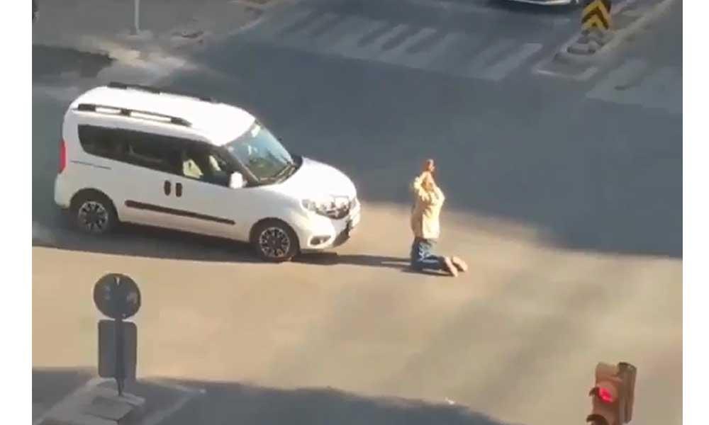 Cadde ortasında diz çöküp sürücülerin şaşkınlık yaşamasına neden oldu
