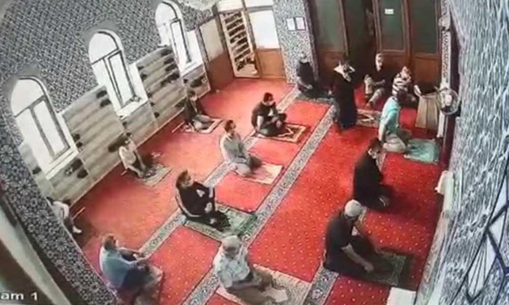 Erkeklerle aynı safta namaz kıldığı öne sürülen kadın: Bu camiyi siz mi yaptınız?