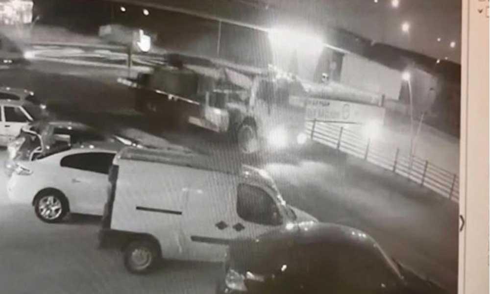 Çimento yüklü kamyon otomobilin üzerine düştü: Bir ölü