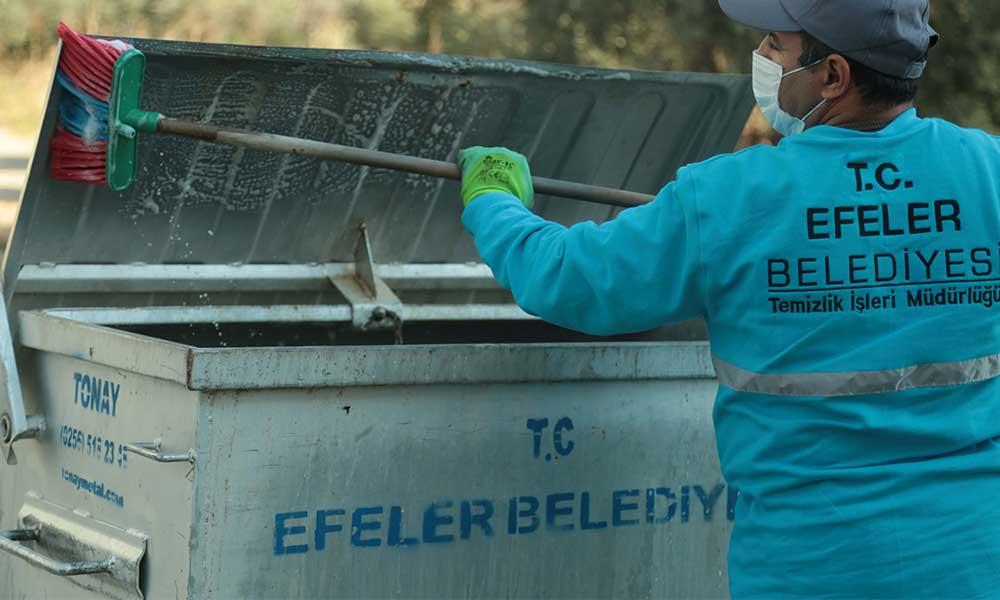 Çöp konteynerleri köpüklü suyla yıkanıyor