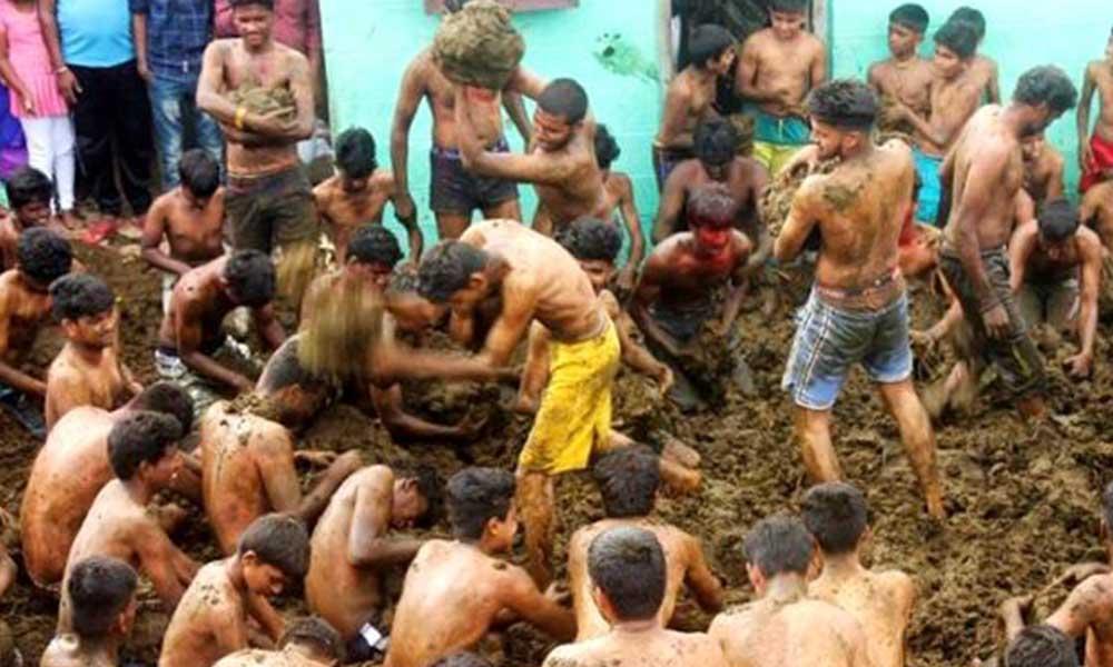 Hindistan'da yapılan bir festivalde, halk inek dışkılarını birbirlerine kartopu gibi fırlattı!