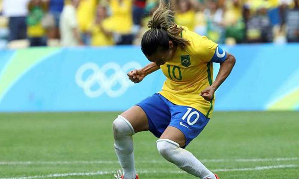Kadın futbolcu ve antrenörlere doğum izni teklifi