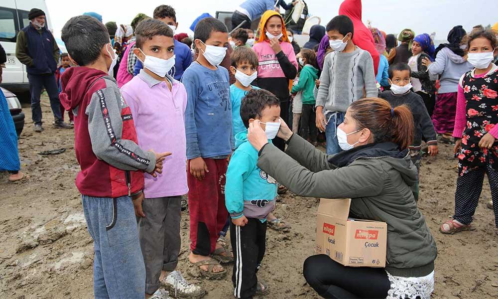 Büyükşehir'den mevsimlik tarım işçilerinin çocuklarına süt ve hijyen kiti