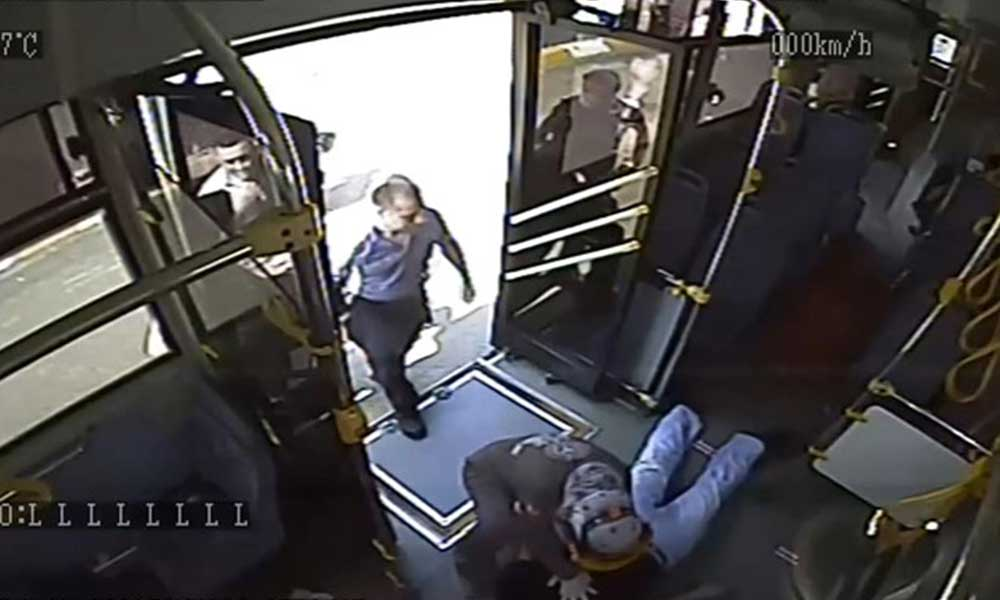 Kalp krizi geçiren yolcuya kalp masajı yapan polis kameraya yansıdı