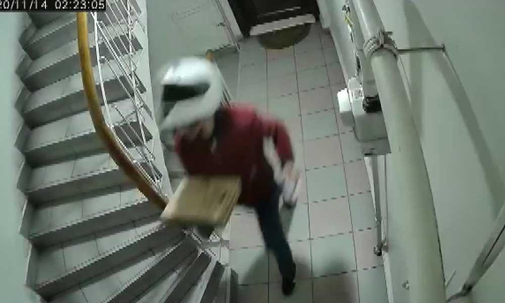 Siparişini teslim ettikten sonra merdivenlere idrarını yaptı