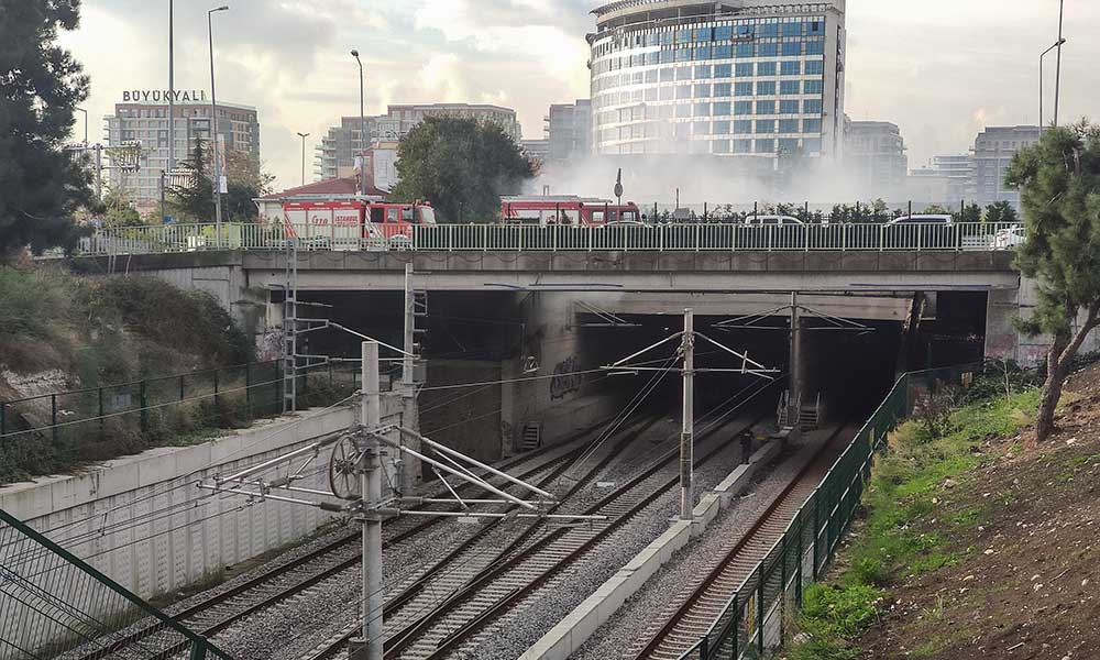 Zeytinburnu'nda çıkan yangın Marmaray seferlerini aksattı