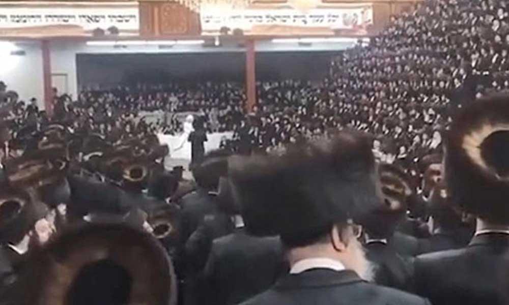 Koronavirüs tedbirleri yok sayılarak, sinagogda 7 bin kişilik düğün yapıldı