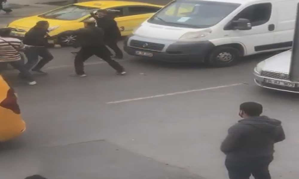 Kadıköy'de sopalı yer verme kavgası cep telefonuyla görüntülendi