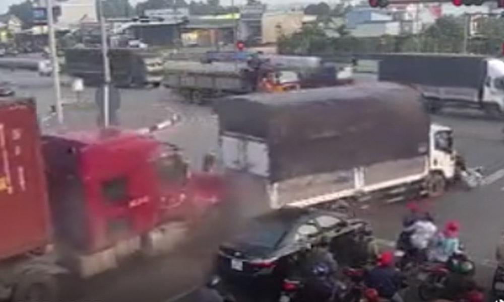 Kontrolünü kaybeden TIR sürücüsü araçların arasına daldı
