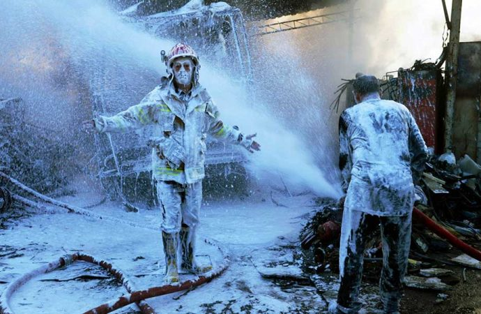 Yangına müdahale eden itfaiye eri, hortum patlayınca 'bembeyaz' oldu