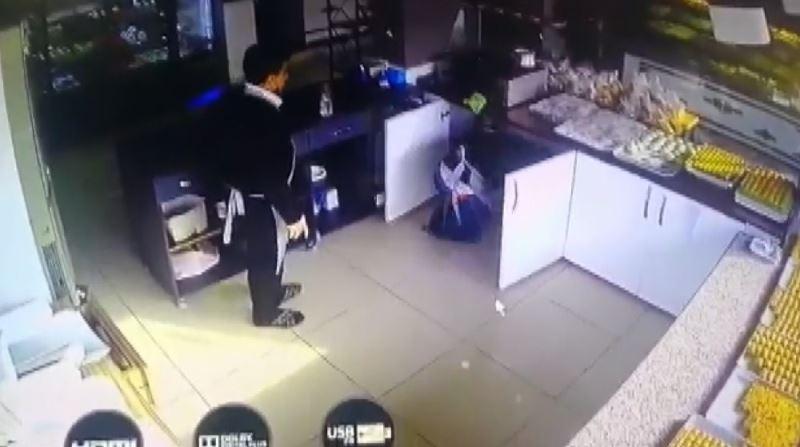 Kavgadan korkan çalışanlar dolaba böyle saklandı