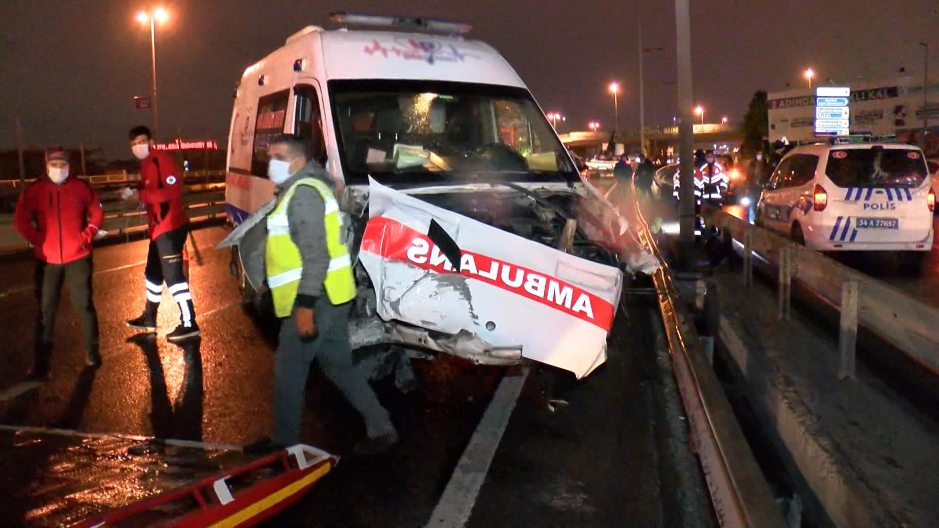 Küçükçekmece'de hasta nakil ambulansı devrildi