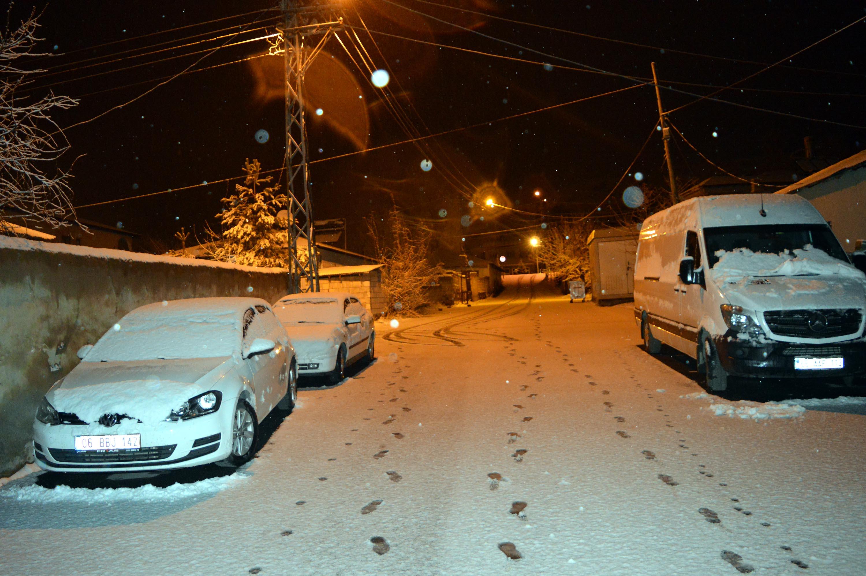 Erciş'e mevsimin ilk karı yağdı