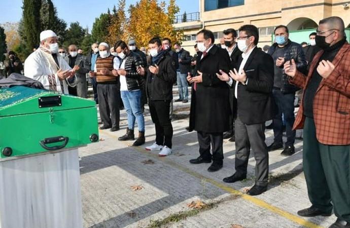 AKP'liye yasak da virüs de yok! Karantinada olması gereken başkan cenaze törenine katıldı