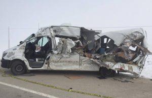 Hakkari'de TIR ile yolcu minibüsü çarpıştı: 4 ölü