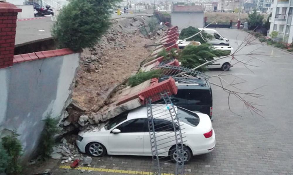 İzmir'de sitenin istinat duvarı çöktü: 20 araçta hasar var
