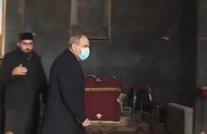 Papaz, Ermenistan Başbakanı Paşinyan'ı kiliseden kovdu