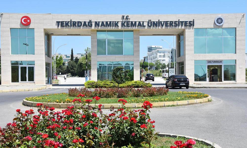 Üniversitede İstiklal Marşı'na saygısızlık! Yöneticiler ayağa kalkmadı