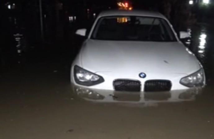 Karşıyaka'da yolları su bastı araçlar suya gömüldü