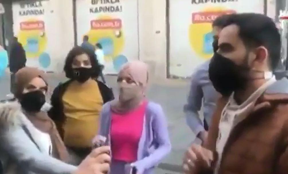 Maskesiz turistler gazetecilere saldırdı