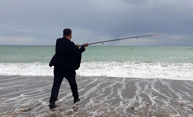 Balıklar çiftlikten kaçtı oltayı alan sahile koştu