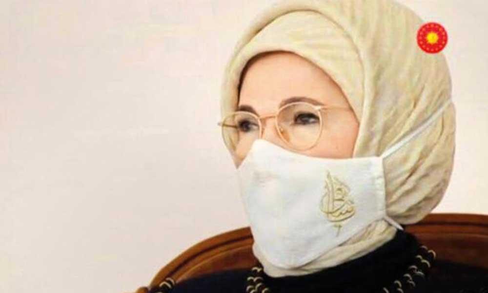 Emine Erdoğan'ın maskesinde ne yazıyor? İşte cevabı