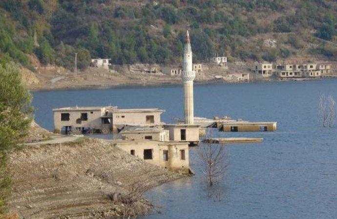 Su seviyesi düştü baraj gölünün altında kalan evler ortaya çıktı