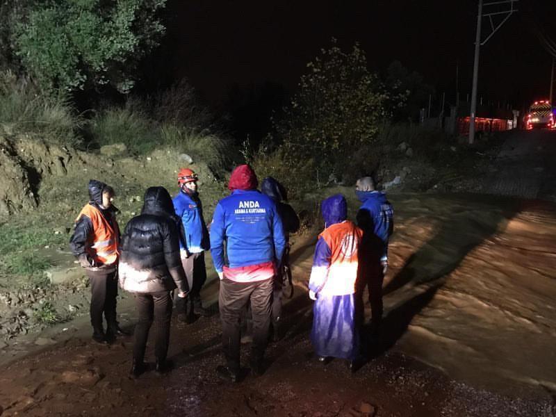 Hafif ticari araç sel sularına kapıldı: 3 kişi kurtarıldı, 2 kayıp