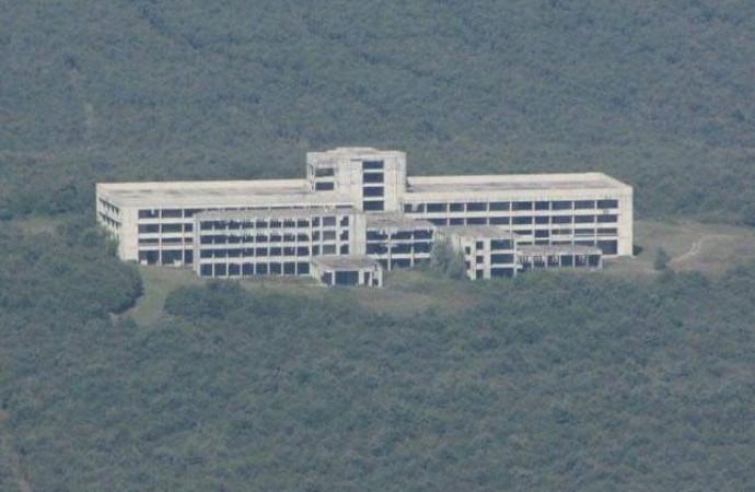 Sağlık Bakanlığı'na devredilen hastane çürümeye terk edildi