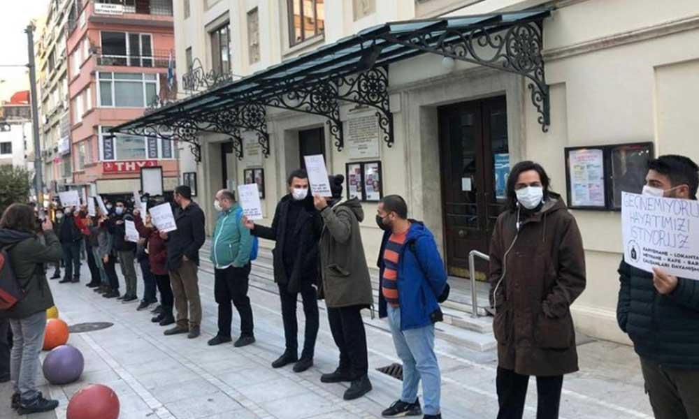 Koronavirüs nedeniyle işsiz kalan kafe ve bar çalışanlarından sessiz eylem