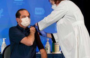 ABD Sağlık Bakanı Azar canlı yayında koronavirüs aşısı yaptırdı