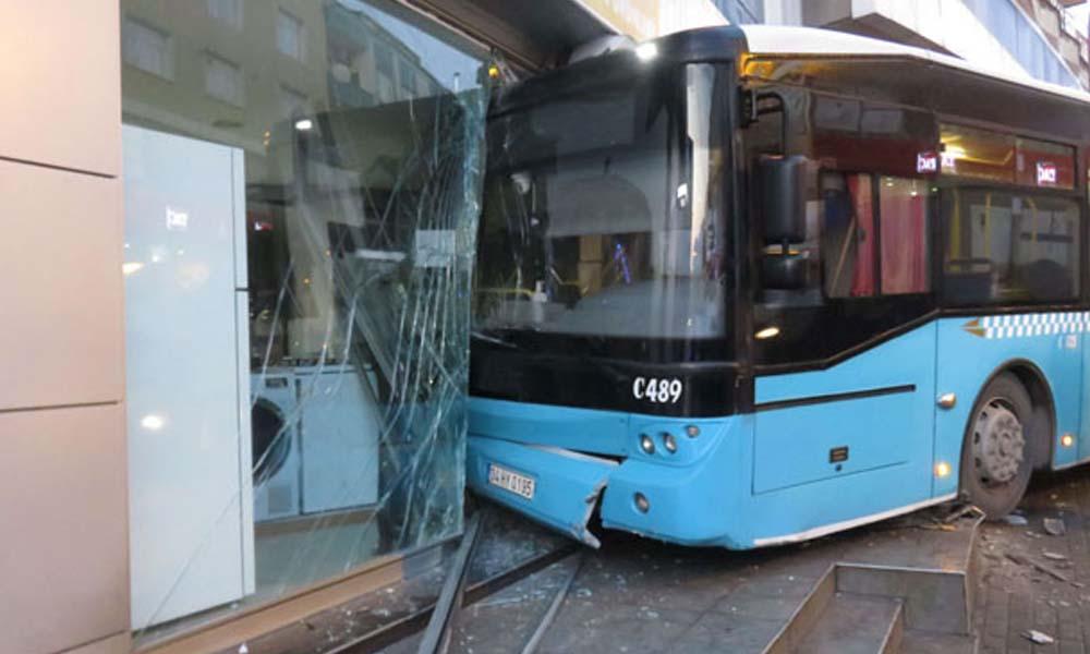 Freni boşalan özel halk otobüsü iş yerine girdi
