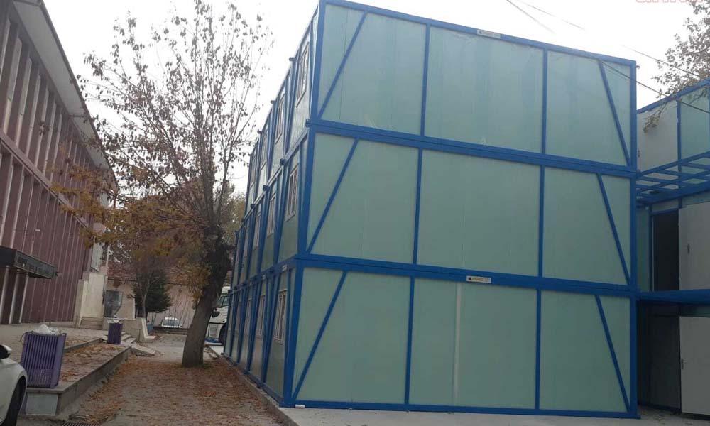 Saraçoğlu'ndaki okulun bahçesi konteynır alanı oldu