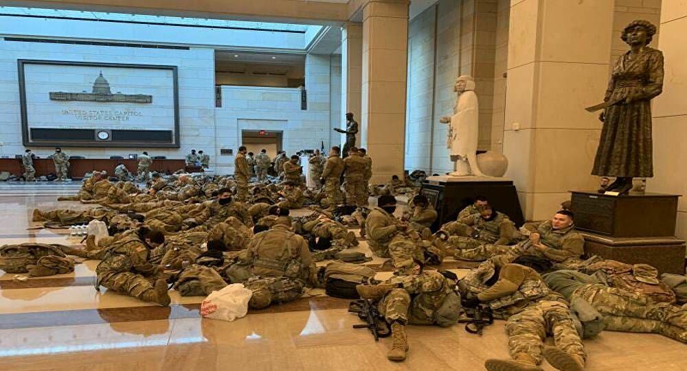Joe Biden'ın yemin töreni için ABD'li askerler Kongre binasında yerde yatıyor!