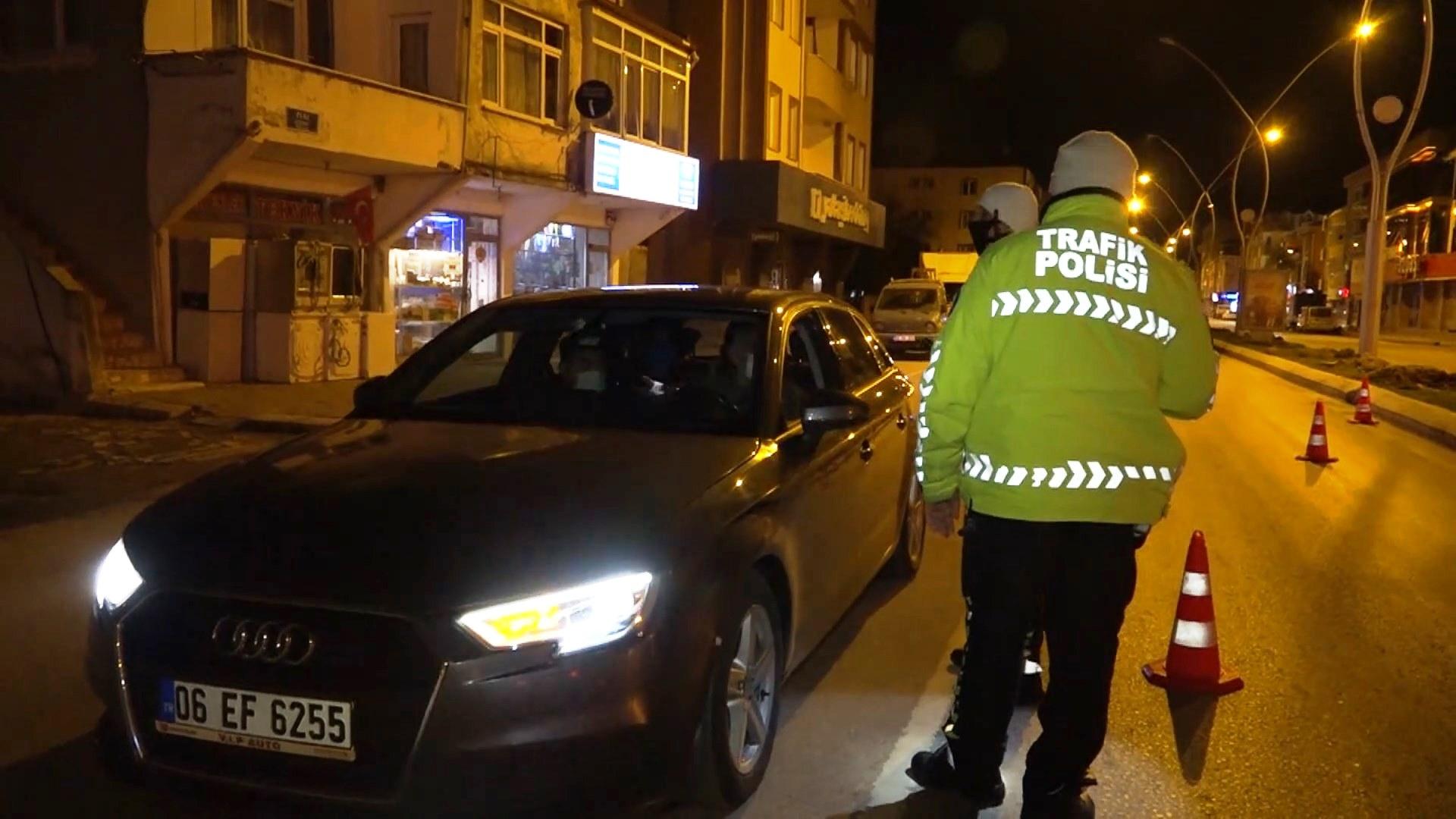 Kısıtlamayı ihlal edip, polislere sinirlenen sürücü: Yaz kardeşim