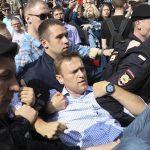 Navalny'in ofisine polis baskını iddiası!